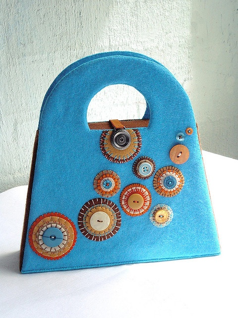handmade felt bag, i like the design but not in felt, but fabric would be nice.