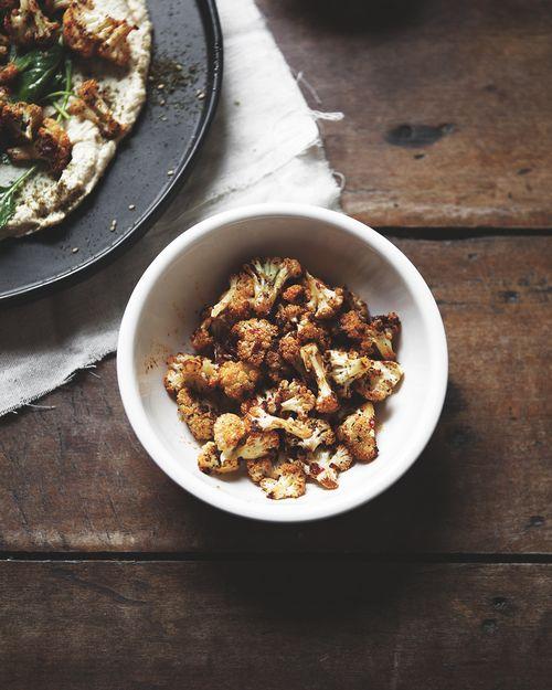 Türkische Hummus Platte mit Harissa Gebratener Blumenkohl und Baby-Kale Greens - eine bessere glücklicher St. Sebastian