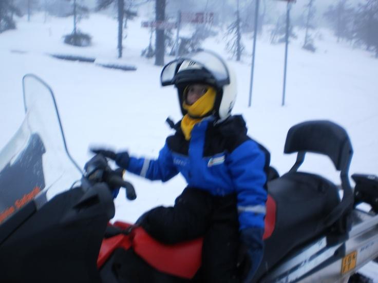Mi peque en la moto de nieve.  la casa de papa noel en laponia, viajes laponia papa noel, viajar a laponia con niños