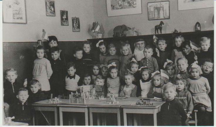 Kleuterklas Heusden (gemeente Asten) met zuster Rosa in 1946.