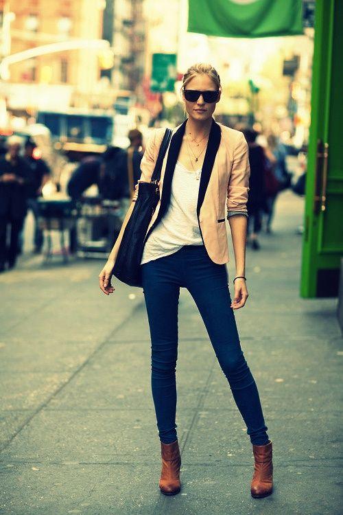 Acheter la tenue sur Lookastic: https://lookastic.fr/mode-femme/tenues/blazer-beige-t-shirt-a-col-rond-blanc-jean-bleu-marine-bottines/879 — Blazer beige — Jean bleu marine — T-shirt à col rond blanc — Bottines brunes