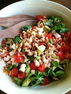 Salade met gerookte kip, avocado en pijnboompitjes! Makkelijk en snel klaar! Een ideale salade voor als je weinig tijd hebt!
