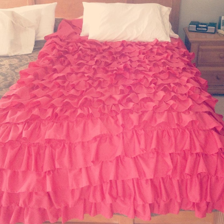 Coral ruffle bedspread crafting queen pinterest for Frilly bedspreads