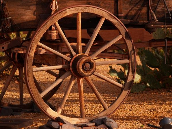 1000 images about wheels buckets on pinterest for Things to do with old wagon wheels