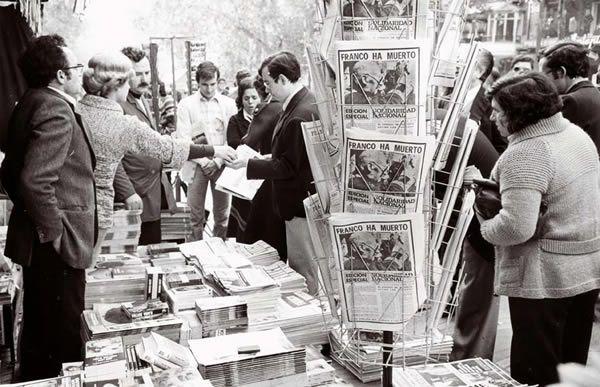 La mort del dictador    La mort de Franco, el 20 de novembre de 1975, es va celebrar àmpliament a Barcelona. Notícia als diaris de la mort de Franco.    © Arxiu Fotogràfic de Barcelona. Pérez de Rozas