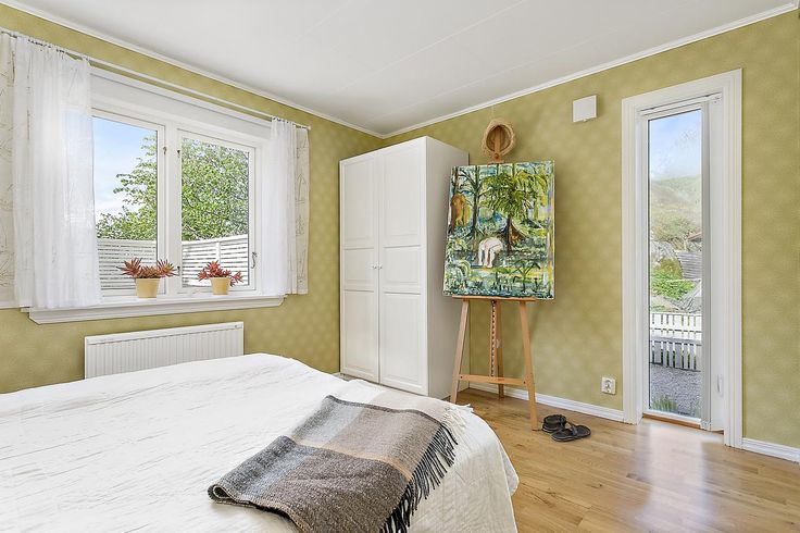 Sovrum med fönster åt två väcderstreck