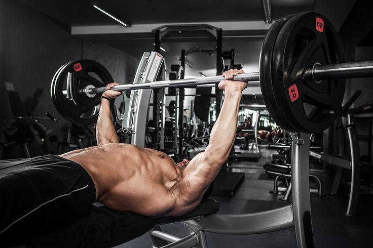 7 худших ошибок в жиме лежа   Жим лежа является одним из лучших и наиболее эффективных упражнений со штангой для построения мощного тела. Многие считают, что жим лежа развивает только верх тела, но ведь не секретом является так же и то, что при соблюдении некоторых нюансов техники это упражнение дает мощную статическую нагрузку на все тело.  Легче всего будет проиллюстрировать эти нюансы, описав основные ошибки, которые обычно совершают тренирующиеся. Итак, приступим к рассмотрению ошибок…