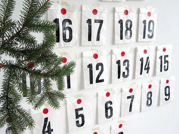 Adventskalender DIY Set mit 25 Tagen  Der Adventskalender besteht aus 25 Papiertüten. 25 Tage bis zum Weihnachtsmorgen - 25 Überraschungen können die lange Wartezeit versüßen. Wahrlich ein Adventskalender der puristischen Art.  Die Tüten sind aus Papier und mit Zahlen bedruckt. Ein schöner Adventskalender jenseits der traditionellen Dinge.  Der Adventskalender kann mit der Kordel an der Wand aufgereiht werden oder man nimmt sein eigenes Masking Tape und klebt die Tüten an die Wand.  Wählst…