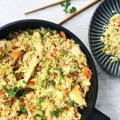 Stegte ris med en masse smag, krydderier og grøntsager. Denne opskrift på stegte ris er med kylling og karry og smager fantastisk.