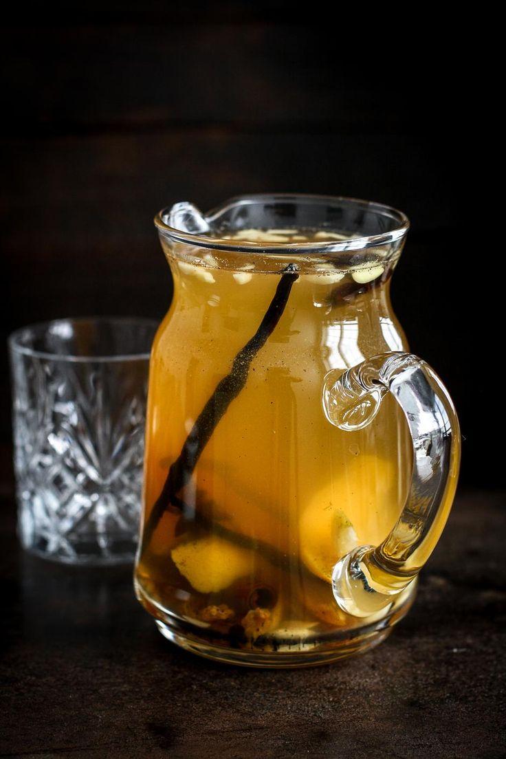 Hvid gløgg. 4-6 personer: 1 dl rørsukker 1 dl vand 2,5 dl hyldeblomstsaft 2 kanelstænger 2 stjerneanis skallen af 1 økologisk citron skallen af 1 økologisk appelsin 1 vaniljestang + kornene derfra 4 kardemommefrø 1 flaske hvidvin 1 lille håndfuld lyse rosiner 50 g mandelsplitter