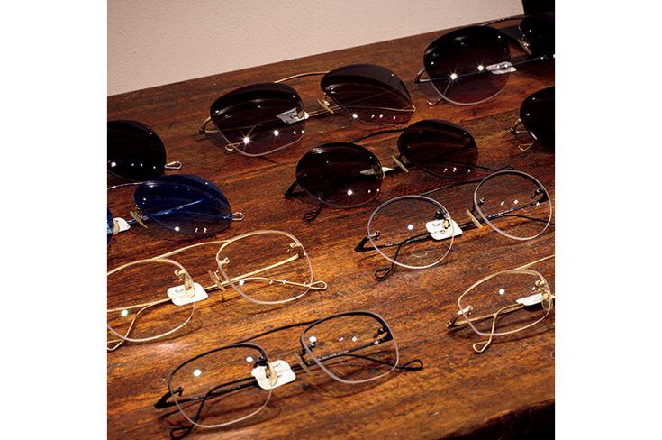 眼鏡のセレクトショップの老舗「グローブスペックス」の代官山店が移転して新店となり、8月6日にオープンした。2階建ての一軒家的な物件で売り場面積約100平米ほどのこの店舗は、眼鏡を買う用事がなくても一見の価値ありのオシャレ空間である。眼鏡を通したオシャレを提案してきた「グローブスペックス」の、最新の発信基地として注目したい。
