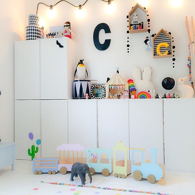 ¡Me encantan todos los detalles de esta habitación infantil! El tren, los peluches, la forma de colocar los armarios...