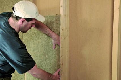 #Isolation des murs d'une maison à ossature bois : mise en place des panneaux en isolant végétal. #MOB #Biosourcés