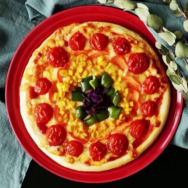 【夢が叶う?!】七色のピッツァ ■材料 ・ピザ生地 1枚 ・トマトソース 大さじ3 ・とろけるチーズ 100g ・プチトマト7個 ・にんじん 1/3個 ・コーン 大さじ3 ・ピーマン 1/2個 ・紫きゃべつ 1/3枚 ■手順 1.ピザ生地にトマトソースを乗せ、全体にまんべんなく伸ばす。 2.とろけるを上から均一に乗せる。 3.半分に切ったプチトマトを生地のフチにそって並べる。 4.カットした野菜を外側から順番に並べていく。 (にんじん→コーン→ピーマン→紫きゃべつ) 5.200℃に予熱したオーブンで18分焼いたらできあがり! #料理好きな人と繋がりたい #おうちカフェ #料理 #cooking #レシピ#delish  #yummyfood #homemadefood  #nomnom #ilovefood #instacook #instafood  #おうちご飯 #おうちごはん #昼ごはん #ランチ #晩ごはん #夜ごはん