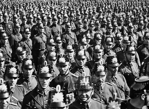 Berliner Verkehrspolizisten Timeline Classics/Timeline Images #Berlin #20er #20s #Weimarer #Republik #Polizei #Polizisten #Reihe #Gruppe #Ordnung #black #white #shadow #photography #mood #Atmosphäre #Licht #Schatten #schwarz #weiß #Fotografie #historisch #historical #traditional #traditionell #retro #nostalgic #Nostalgie #Uniform #Polizeiuniform #Reih #Glied