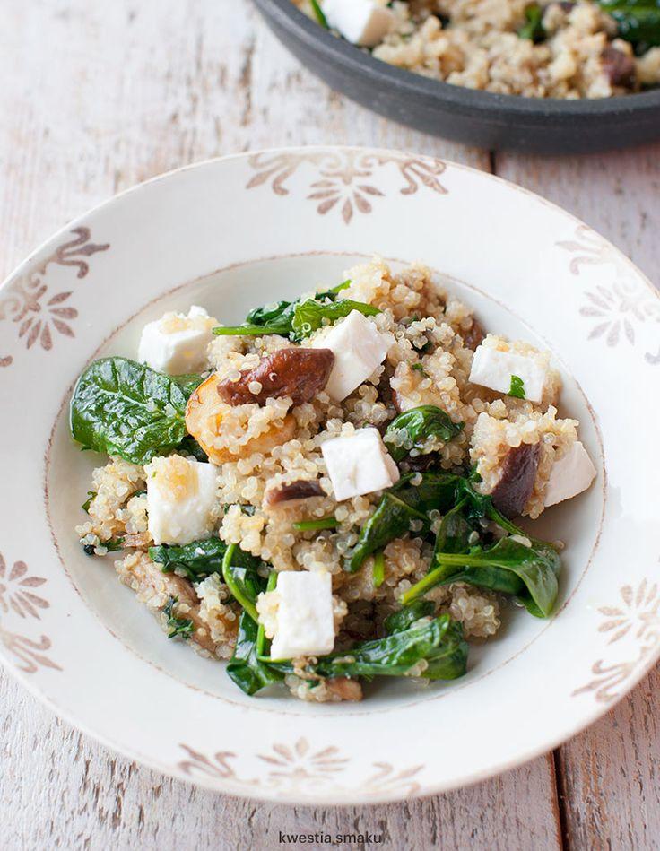 Sałatka z komosą ryżową, szpinakiem, grzybami i fetą