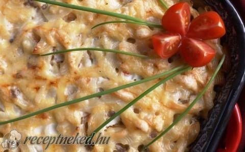 Húsos tészta tepsiben sajttal, tejfölösen recept fotóval
