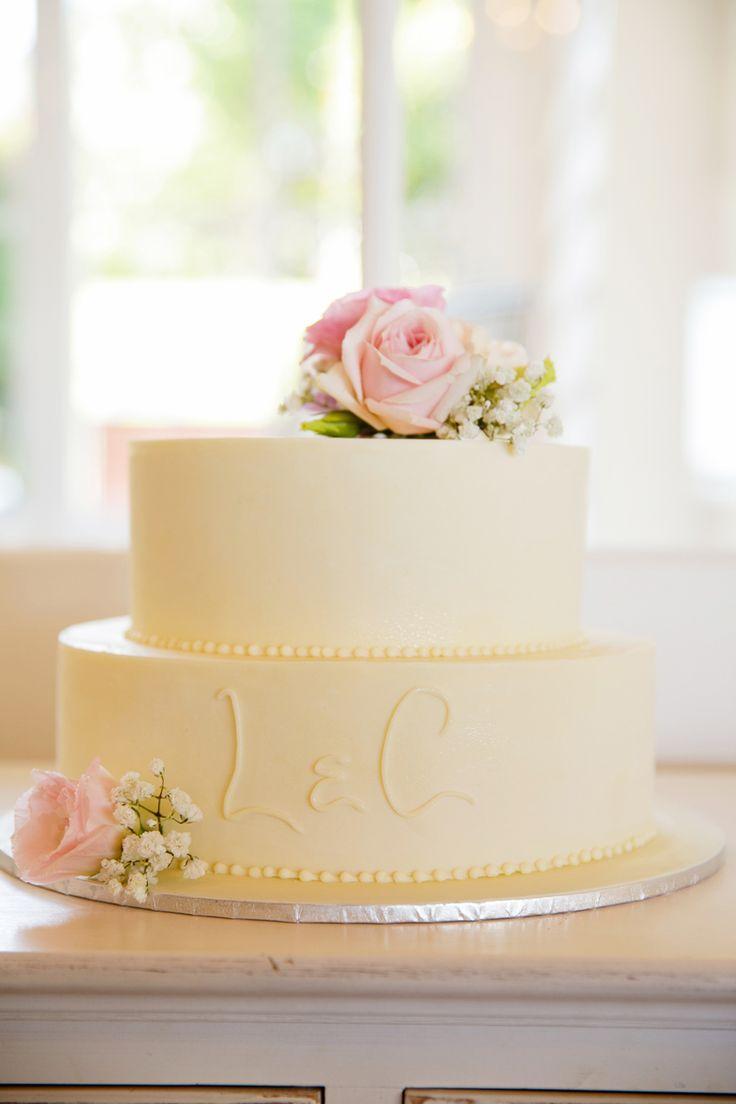 <3 Cake fresh flowers ♥  #cakedesignsweddingcakes  #karenbucklephotography #tiffanysflowers #weddingsattiffanys #weddingsinmaleny #bridalbouquet #ivory #white #pinkroses baby'sbreath softcolours #twotiercake