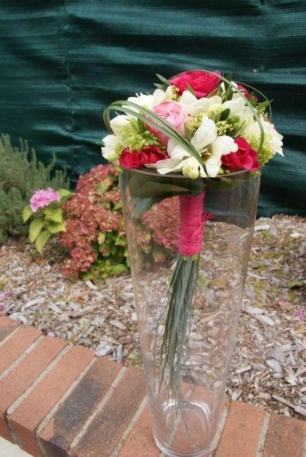 Il y en a des petits, des ronds, des tombants ou cascades, en broche, en feutrine, en soie, en dragées, en fleurs artificielles, avec de longues tiges... Les variétés de bouquets ne manquent pas ! Laquelle préférez-vous pour vous ? Je vous laisse un