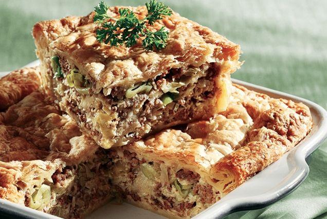 Πρασόπιτα με κιμά από την Αργυρώ Μπαρμπαρίγου | Τραγανή σφολιάτα με αφράτη γέμιση. Ιδανική για μπουφέ, για το φιλικό τραπέζι, αλλά και για κυρίως γεύμα