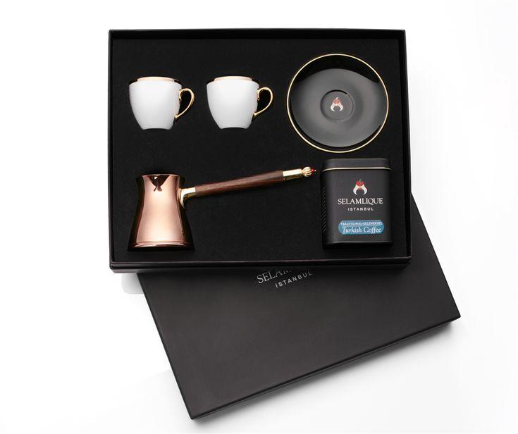 Coffret exceptionnel comprenant un service de 2 tasses à café turc, un cezve design en cuivre, ébène et corail, 125g de café Selamlique. Une création #Selamlique #turkishcoffee #coffeetime #coffeelove