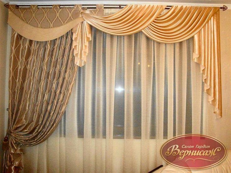 <p>54. Нарядные шторы для гостинной в бежевых тонах</p>Артикул: бежевые шторы<br />Высота/Ширина: высота 2,8 м, ширина 2,8 м<br />Цена: 4500 грн