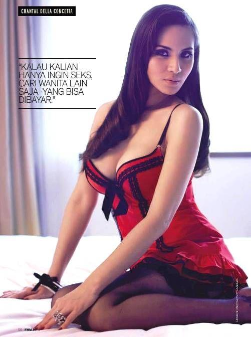 Chantal Della Concetta berpose menantang dan seksi menonjolkan bagian tubuh fantastisnya, Chantal juga terlihat percaya diri memperlihatkan tatonya, berpose duduk dan tiduran hanya mengenakan bra berwarna hitam dan merah, dengan terusan rok, dan juga celana pendek ketat.