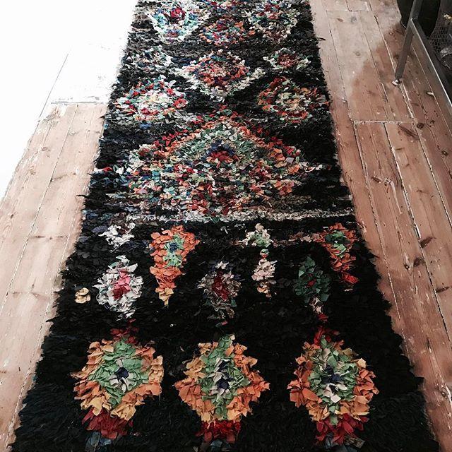 345 cm * 105 cm vintage matta från Marocco. Mattan är som ny och väldigt fin! Ovanligt med så här långa trasmatte mattor. Pris 3.500 sek. Maila mig vid intresse, jag sänder till dig! #mointerior#marieolssonnylander#inspiration #inredning#interior #vintage #carpet#marocco#forsale#vintage#retro#modern