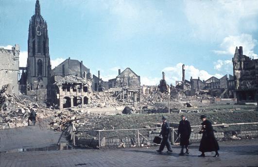 Blick vom Römerberg auf den kriegszerstörten Dom 1945