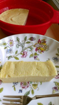 レンジで豆腐の濃厚ねっとりチーズケーキ    マクロビ風なんちゃってチーズケーキ。 乳製品、バター、卵、砂糖は不使用でここまで濃厚になりました。ねっとり感あります!    材料 (一人分) 木綿豆腐 150g 薄力粉 大匙3 はちみつまたはオリゴ糖 大匙2 レモン汁(ポッカレモン) 大匙1 白味噌 小匙1  作り方 1 全ての材料をフードプロセッサーにかける。 2 耐熱容器に入れ軽く蓋をしてレンジ500Wで6分。 3  表面がしっかり固まっていれば出来上がり。 水っぽかったらさらに30秒様子を見ながらかける。 4  ふたを取り粗熱が取れたら冷蔵庫に2時間入れる。 冷やすとしっかり固くなり切りやすくなります。…