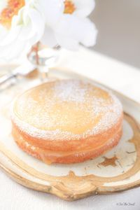 Learn to make a Victoria Sponge Cake with Lemon Curd. It's Ideal for Afternoon Tea. You just need eggs, butter, flour, sugar and lemon curd. #dessert #downton #teatime