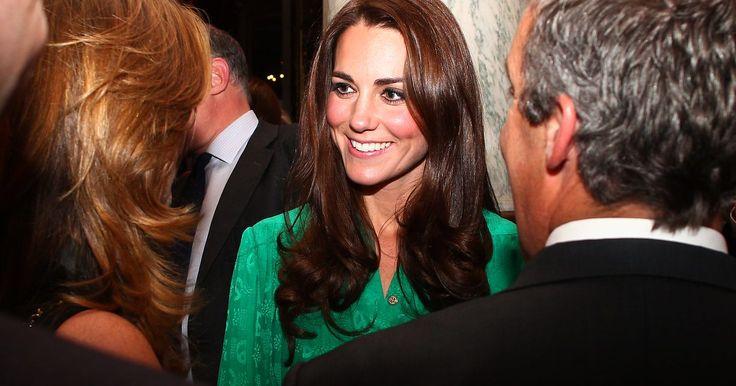 Roupas de trabalho inspiradas na realeza: Kate Middleton. Ser a Duquesa de Cambridge é um trabalho de tempo integral e Kate Middleton tem o porte e a graça para ocupar este lugar. Middleton sempre está elegante e combinada e profissionais de todos os lados ficam maravilhadas com seu guarda-roupa requintado. Então, por que não pegar algumas dicas ...
