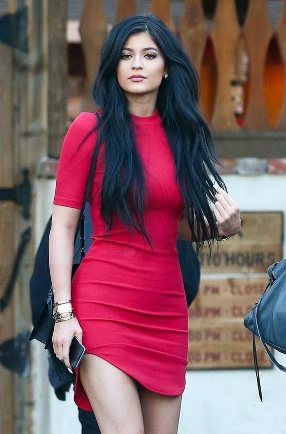 Boa noite! Separei um look prático e lindo, da Kylie Jenner, para vocês se inspirarem e arrasarem nas próximas estações! Emoticon wink A bela escolheu um vestido vermelho básico, colado, que define muito bem as curvas que ela tem! Arrasou!  A peça é uma boa opção para diversas ocasiões, formais ou não, dependendo dos acessórios que vocês escolherem.