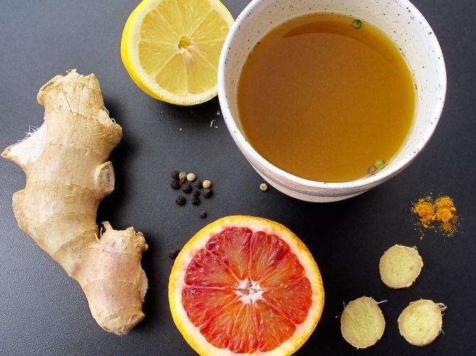Gorący napój z kurkumą, pieprzem, imbirem, sokiem z cytryny oraz miodem Domowy sposób na przeziębienie