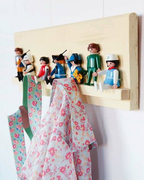 Leuke kinderkapstok met Playmobil-poppetjes.