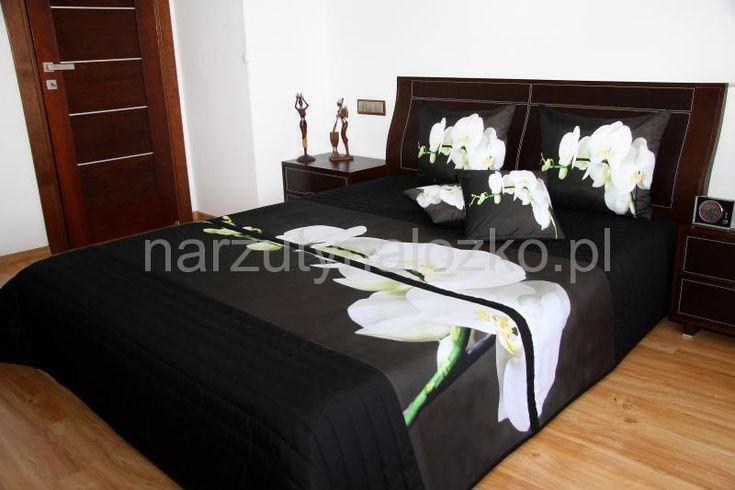 Narzuta koloru czarnego na łóżko sypialniane z białą orchideą