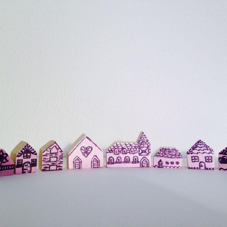 Maisonnettes en bois, set village féérique, miniatures rose bonbon et violet de bois et rois : Chambre d'enfant, de bébé par bois-et-rois