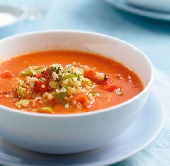 Der Hit zum Löffeln: Bulgur macht aus der fruchtigen Paprika-Tomaten-Suppe einen tollen Sattmacher.