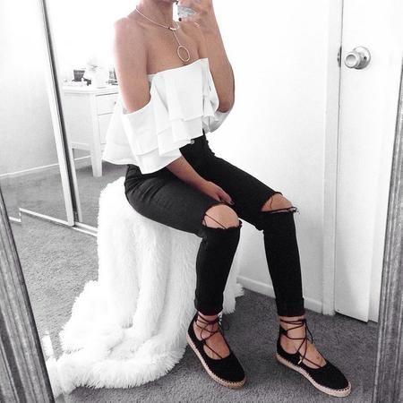 Ensemble noir et blanc pantalon troué