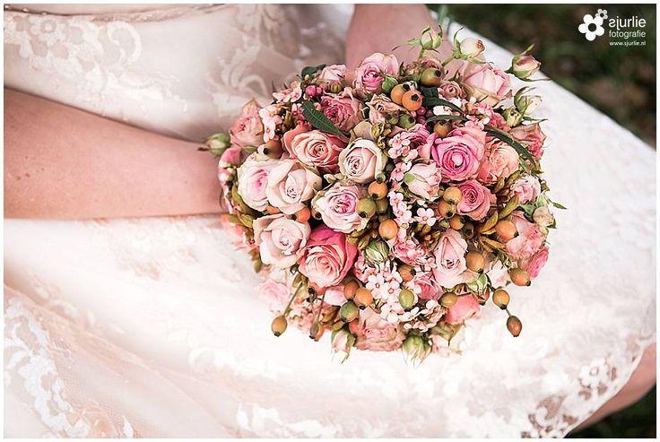 #inspiratie #huwelijk #trouwen #bruiloft #landelijk #vintage #roze #trouwthema #herfstbruiloft #buitenbruiloft #kortetrouwjurk #trouwjurk #styledfotoshoot #bruidsboeket #ladder #appelboom #enveloppendoos #trouwdag #bruidskinderen #schattig #trouwballonnen #groteballonnen #lief #uil #uildietrouwringenbrengt #rozenblaadjes #bruidsjonker #hooibaal #stro #boerderijbruiloft #trouwthemaroze