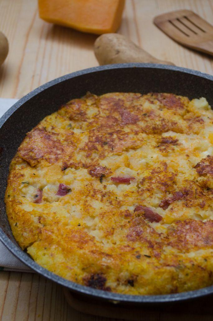 Torta di patate e zucca senza uova in padella è un secondo piatto sfizioso e molto saporito.