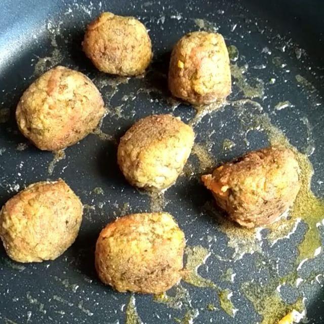 A meatless meatballs. I lost 5 mins for cook and how time are you lost killing animals?  #beautiful #meatless #meatballs #kötbullar #vegan #vegansrise #cool #wow #whatveganeats #planteating #herbivore #plantbased #instavid #veganvideo #vegaani #diy #plantpower #forksoverknives #meatismurder #nocruelty #check #безмяса #вау #веган #plantstrong
