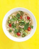 Азиатский суп из лапши с кунжутовым омлетом