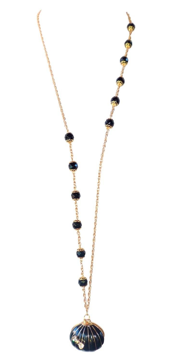 Ce remarquable sautoir est plaqué or avec des perles d'Onyx.