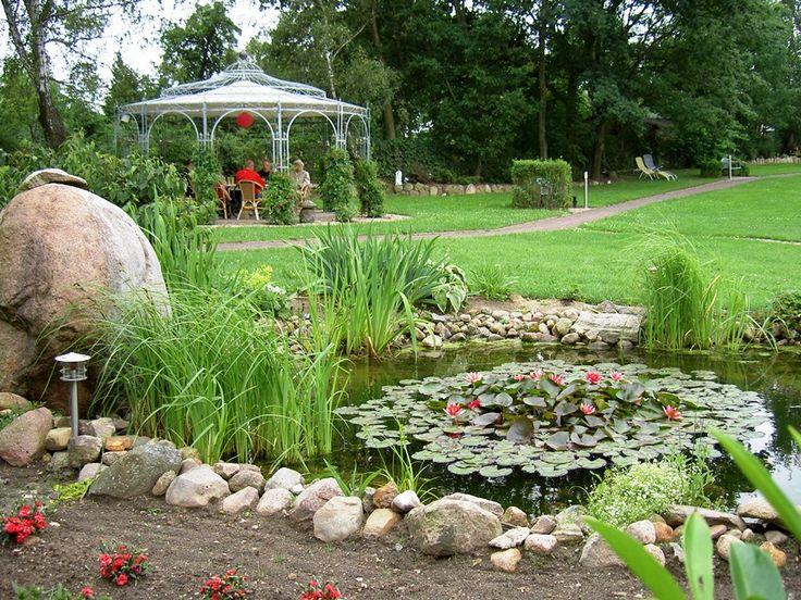 Epic Blick auf den Rosenpavillon von den Teichanlagen auf dem MartinsHof
