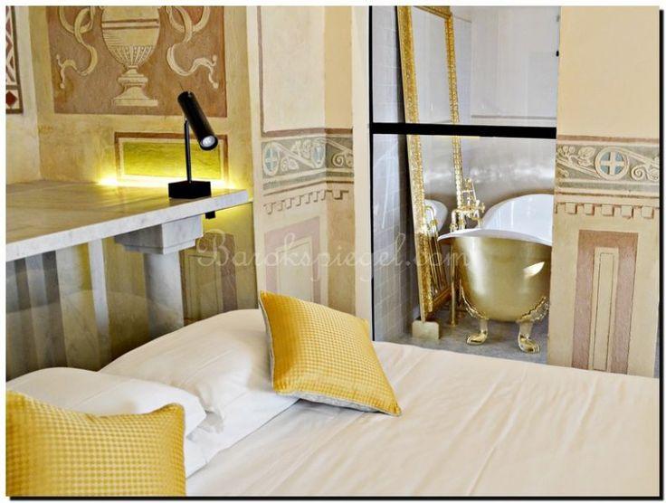 Luxe en rijkdom in deze  badkamer met een gouden ligbad en een gouden barok spiegel. https://www.barokspiegel.com/venetiaanse-spiegels/barok-spiegel-sorella   Goud is geschikt om Rust te creëren. Bevorderen van een succes en ambities. Faam en fortuin aan te trekken. Bescherming van negatieve krachten. Verwezenlijking van dromen