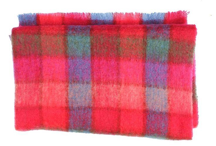Rode plaid met blokken met roze, groen en blauw. Mohair plaid in rood en fuchsiaroze, bestel je online zonder verzendkosten bij ookinhetpaars.nl - € 99,00