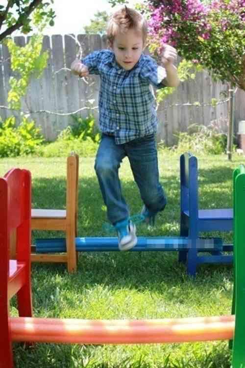 Course à obstacles avec des nouilles de piscines pour enfant