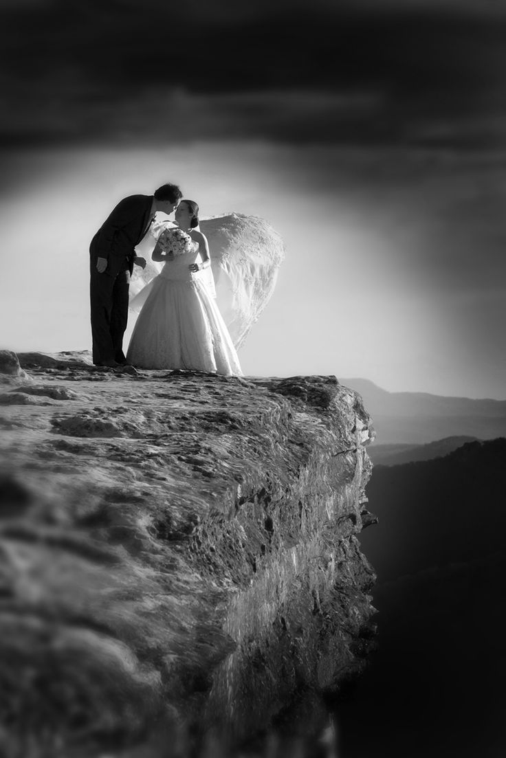 black and white, couple on Cliffs edge blue mountains. Canberra Photographer Eddie Misic