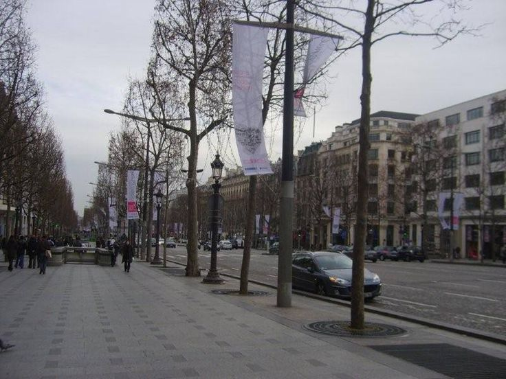 Luksor Dikilitaşın bulunduğu Concorde Meydanından başlar ve Arc de Triomphe anıtının bulunduğu Charles de Gaull Meydanında biter... Daha fazla bilgi ve fotoğraf için; http://www.geziyorum.net/champ-elysees-paris/